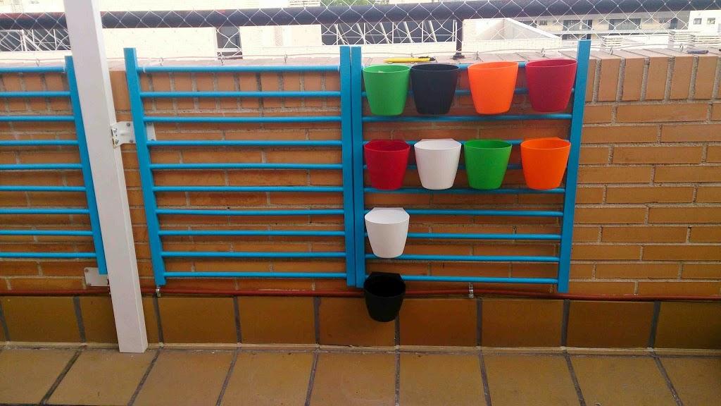 Huerto vertical diy con barrera de cuna y recipientes ikea - Huerto vertical casero ...