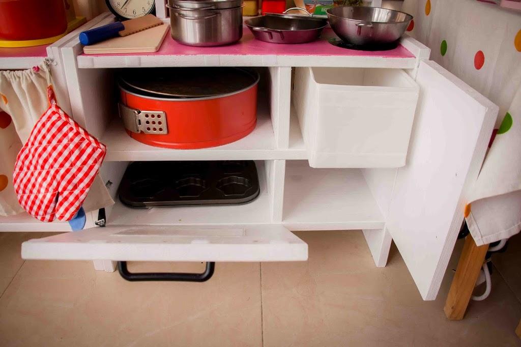 Cocinita de juguete diy con imprimible gratuito for Cocina madera juguete ikea