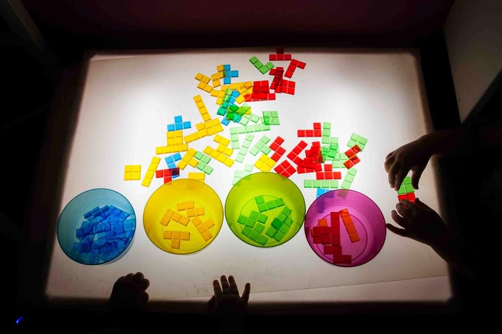 Nuestros materiales para la mesa de luz tigriteando for Mesa de luz para dibujo