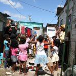 Calor de hogar para los niños de las tierras húmedas