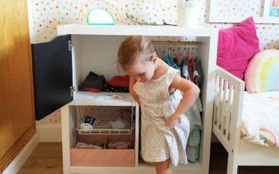 Un armario sencillo adaptado para niños y niñas pequeños
