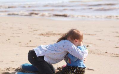 Los abrazos que nos faltan y lo que nos enseñan los peques
